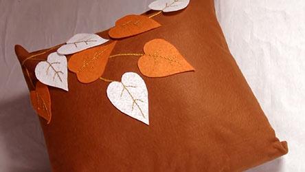 از پارچه ها وکوسن هایی که نماد پاییز دارن داستفاده کنید.