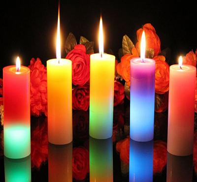 شمعدان های چوبی با شمع های مخروطی به رنگ های پاییزی، به میز آشپزخانه ظاهری شیک می دهد.