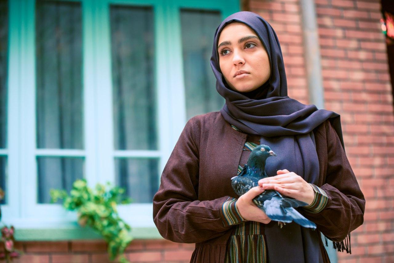 مونا کرمی، بازیگر نقش شیوا در سریال حوالی پاییز: خودم آدم فضولی نیستم