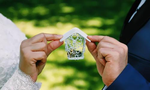 رازهای مجردی خود را به نامزدمان بگوییم یا نه؟