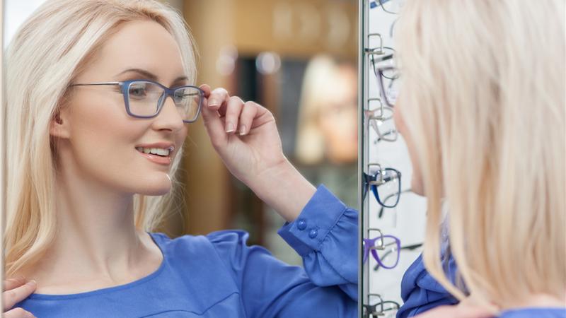 چه مدل و رنگ عینکی برای فرم صورت و رنگ چشم و پوست شما مناسب است؟