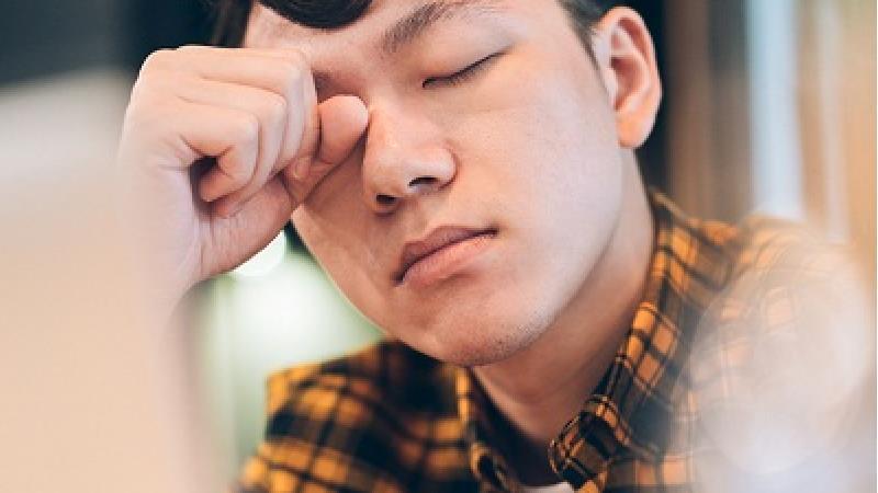 احساس خستگی یکی از نشانه های وجود انگل در بدن است