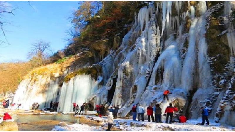 آبشار باران کوه در زمستان بسیار دیدنی است