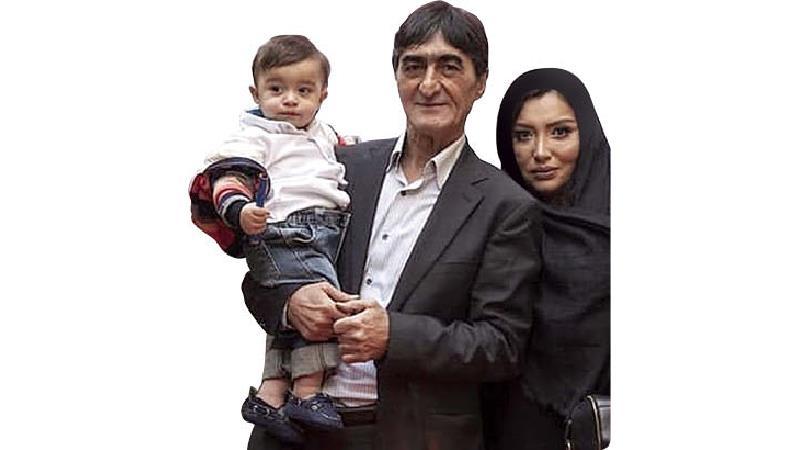 ناصر محمدخانی در کنار همسر و فرزندش