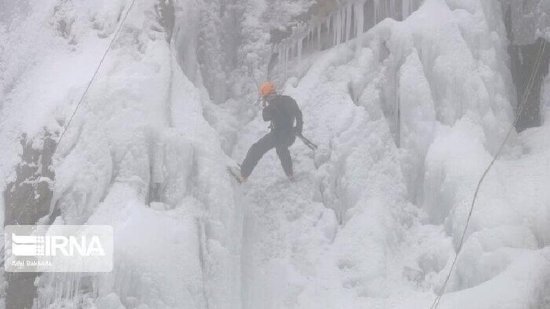 آبشار گنج نامه در زمستان یخ می زند