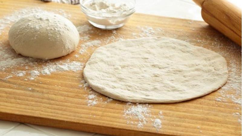 خمیر پیتزا را خودتان در خانه درست کنید