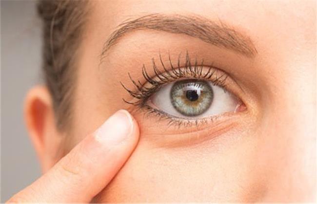 برای درمان چروک دور چشم از چه مواد طبیعی استفاده کنیم