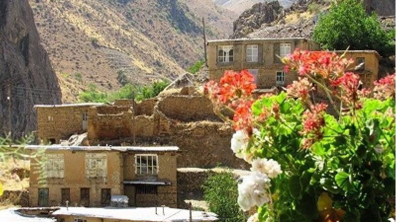 روستای توریور در میان کوه ها واقع شده است