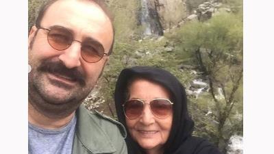 مهران احمدی در کنار مادر