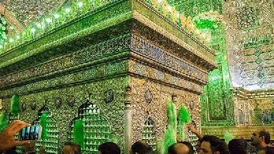 در میان مزار امامزادگان، شاهچراغ معروفترین بنای مذهبی شیراز محسوب میشود.