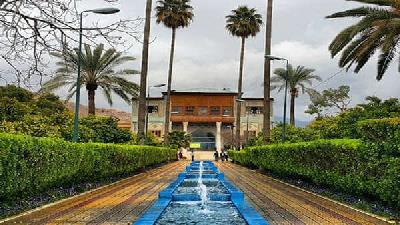 در باغ دلگشای شیراز قدم بزنید