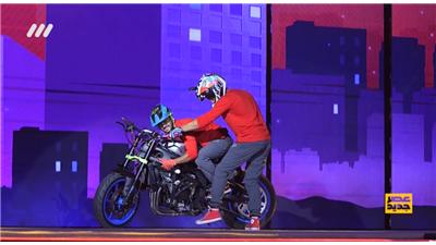 فیلم کامل نمایش با موتور و دوچرخه توسط میلاد و سامان از گروه تاپ رایدر در قسمت 12 مرحله دوم عصر جدید / 3 تیر