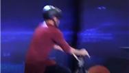 نوید قاسمی حین نمایش دوچرخهسواری در مرحله دوم عصر جدید چند بار زمین خورد