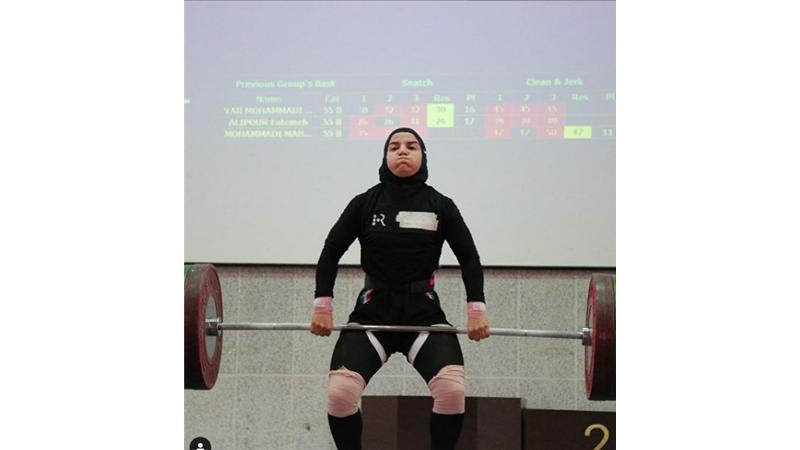 پوپک بسامی ۲۸ ساله اهل کرمانشاه و خواهر ایوب (قهرمان پرورش اندام ایران)، اولین دختر وزنه بردار ایران