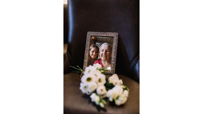 ازدواج عجیب دختر انگلیسی در روز فوت مادر