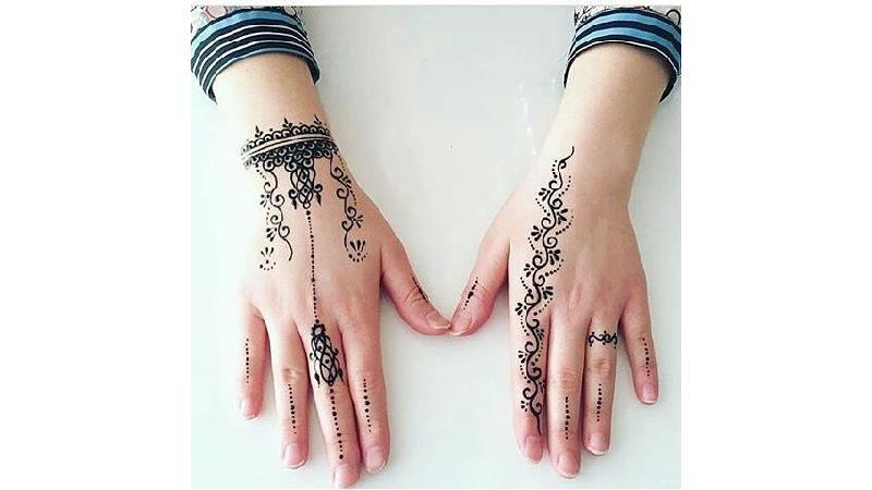 طبیعی ترین تزئین دست استفاده از حنای بندری است