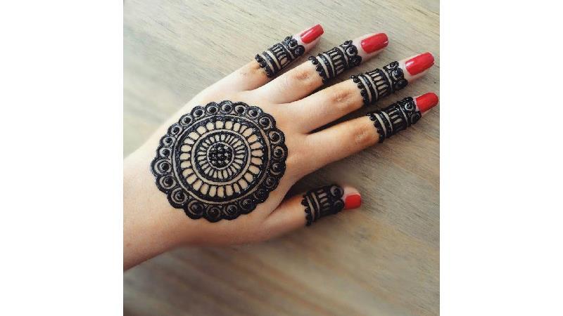 طراحی شلوغ با حنا روی دست