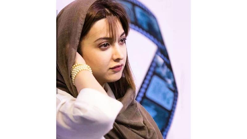روشنک گرامی علاوه بر بازیگری نوازندگی هم می کند