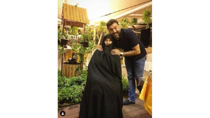 عکسی از علی انصاریان در کنار مادرش