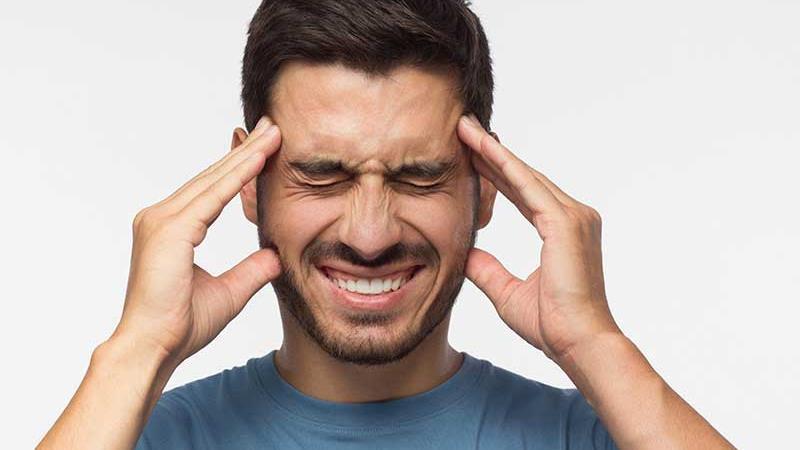 سردرد از علایم افت قند خون است