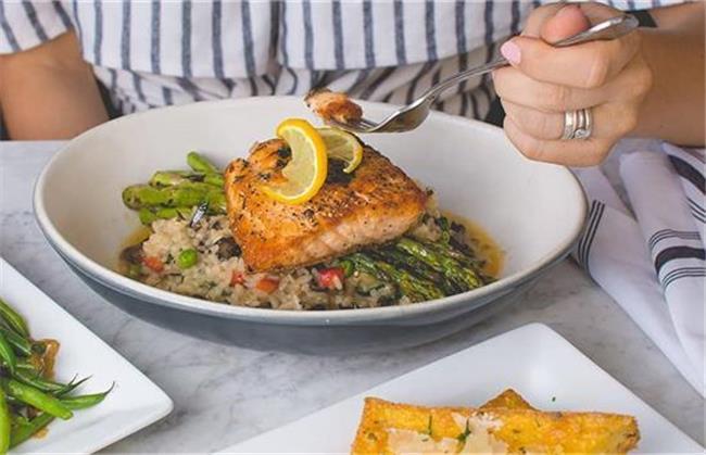 ماهی سالمون برای دوران قاعدگی مفید است