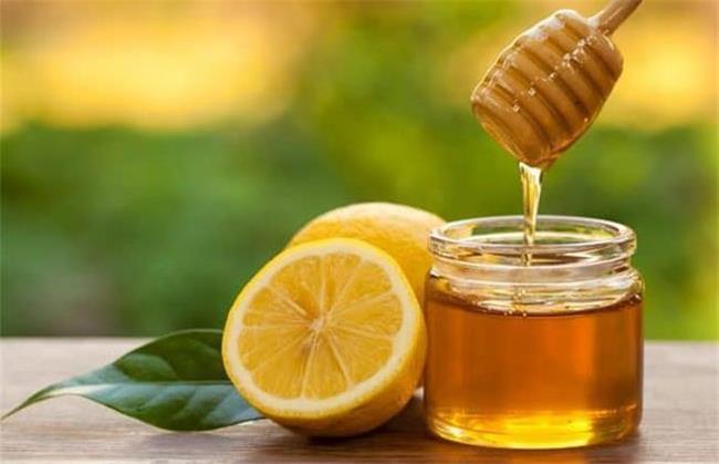 ترکیب آب لیمو و عسل به درمان میگرن کمک می کند