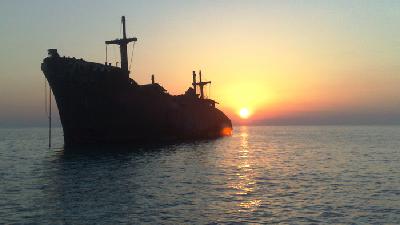 کشتی یونانی چرادر جزیره کیش به گل نشست