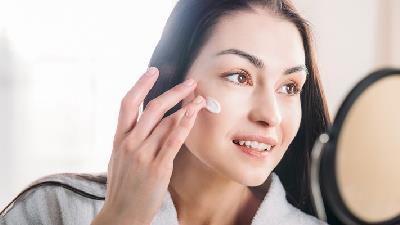 یکی از دلایل چروک شدن پوست دست و صورت قرار گرفتن در معرض نور مستقیم خورشید است