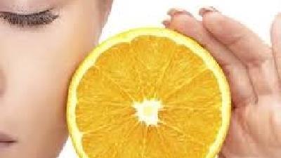 ویتامین سی چیزی است که پوست ما برای حفظ سلامتی خود به جز مصرف آب به آن نیاز دارد.