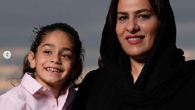آرات حسینی در کنار مادرش