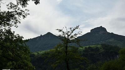 قلعه اسپیناس در نزدیکی آبشار لاتون قرار دارد