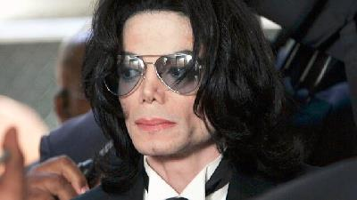«مایکل جکسون» خواننده سرشناس آمریکایی که به سلطان پاپ معروف است نیز یکی از چهرههای مطرحی است که افرادی ادعا کردند در سن کودکی بارها مورد سوء استفاده جنسی او قرار گرفتهاند