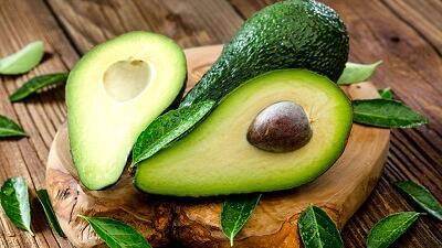 آووکادو از میوه های مفید برای رفع خشکی پوست است