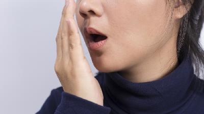 بوی بد دهان از نشانه های مشکلات گوارشی است