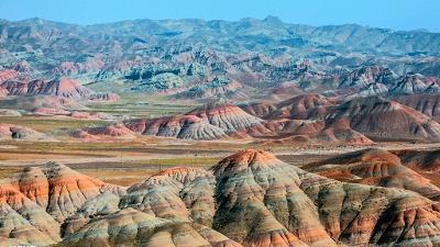 کوه های رنگین کمانی ماهنشان زنجان یکی از جاذبه های گردشگری است