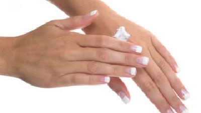 دست های خود را در سرما مرتب مرطوب کنید