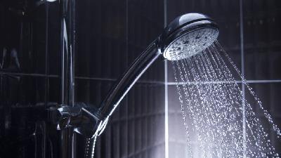 برای مراقبت از پوست خود با آب ولرم دوش بگیرید
