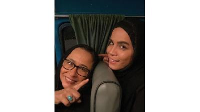 ملیکا شریفی نیا در کنار مادرش آزیتا حاجیان