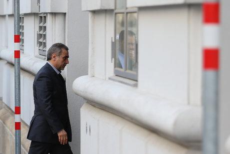 حضور حسین فریدون در دادسرا و خروجش با آمبولانس