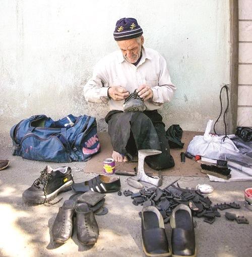 دستهایی که زخم پاپوش میبندد تعمیر کفش