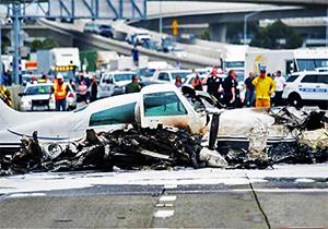 فیلم/ سقوط هواپیما در بزرگراه