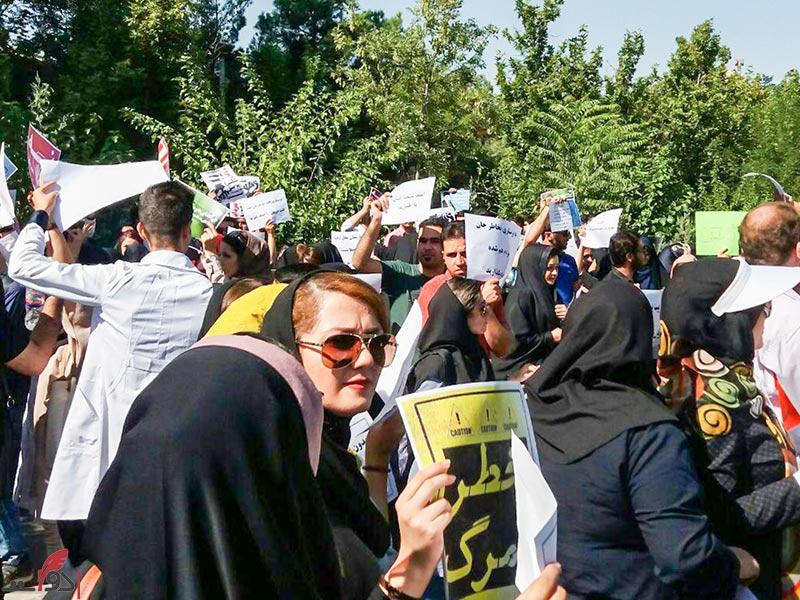 تجمع اعتراضی پرستاران مقابل ساختمان وزارت بهداشت