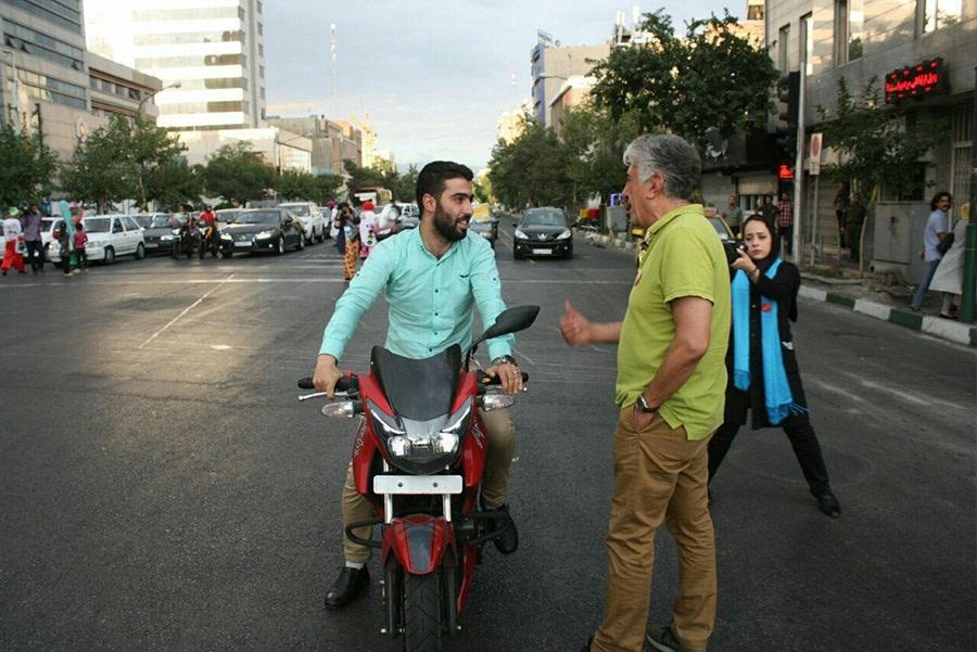 فیلم/ تلاش رضا کیانیان برای اصلاح رفتارهای ترافیکی در خیابانهای تهران