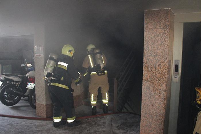 گزارش تصویری/ تلاش آتشنشانان برای نجات 20 نفر از شهروندان