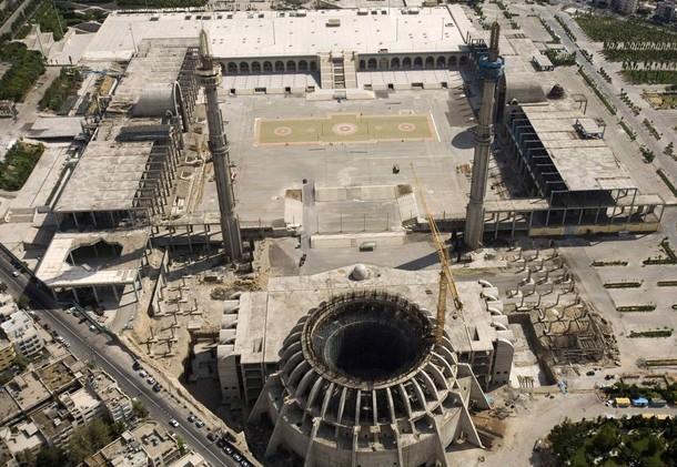 مصلی تهران؛ هزینههای گزاف برای پروژهای چند دههای