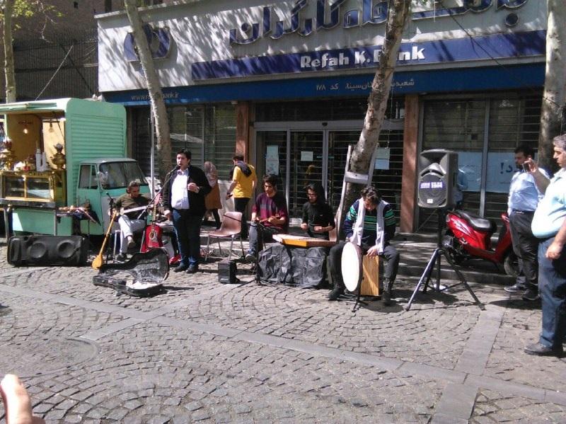 کنسرت خیابانی در میان کافههای خیابان سیتیر