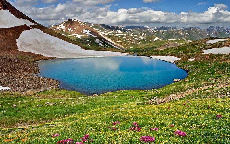 دریاچه گهر که به «نگین اشترانکوه» معروف است به سبب نداشتن راه ماشین رو تا حد زیادی از خرابی و آلودگی به دست انسان به دور ماندهاست.