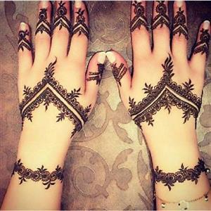 طراحی با حنا روی دست؛ زیبایی منحصر به فرد