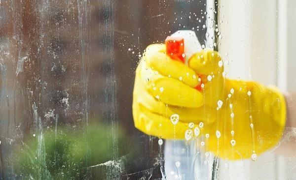 بهترین و سریعترین روش تمیز کردن شیشه  در خانه تکانی