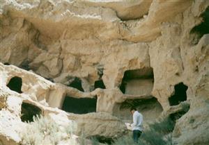 غارهای دستکند هنامه کجا است و تاریخچه آن چیست؟